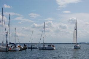 Yacht segelt in den Hafen
