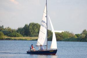 """Zugvogel-Jolle """"Karat"""" segelt auf der Weser"""