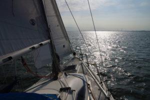 Weiter Horizont beim Segeln auf der Nordsee