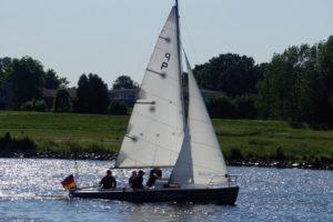 """15er Jollenkreuzer """"Zebulon"""" segelt im Gegenlicht"""