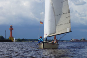 """Polyvalk """"Zora"""" beim segeln auf der Weser mit rotem Leuchtturm"""