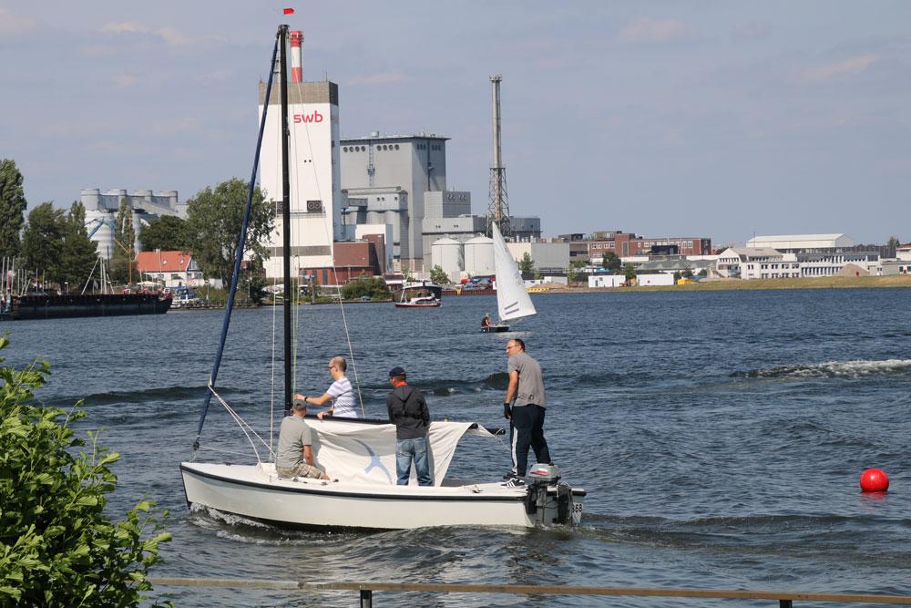 """Polyvalk """"Kolk"""" beim setzen der Segel auf der Weser"""