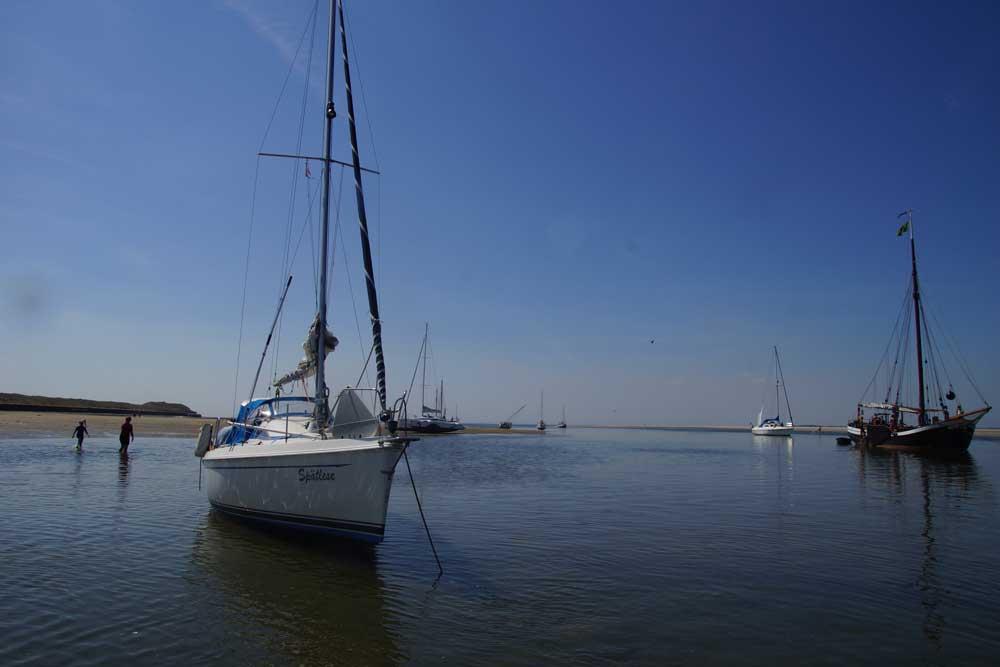 Segelyachten vor Anker in der Blauen Lagune vor Spiekeroog